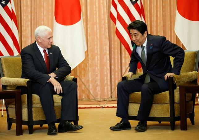 4月18日、米国のペンス副大統領は、北朝鮮への対応について、あらゆる選択肢があり得るとの認識を示した上で、トランプ大統領は日本、中国、韓国と協力して平和的な解決を模索する意向と明らかにした(2017年 ロイター/Kim Kyung-Hoon)