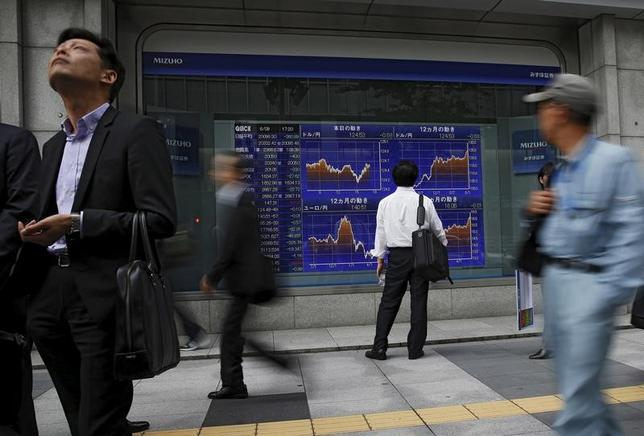 4月18日、東京株式市場で日経平均は小幅続伸。米株高や円安を追い風に寄り直後に一時200円近く急騰した。ただ、地政学リスクのくすぶりや日米経済対話の行方を見極めたいとの向きが多く、買い一巡後は戻り待ちの売りに上値を押さえられた。写真は都内の株価ボード。201年6月撮影(2017年 ロイター/Issei Kato)