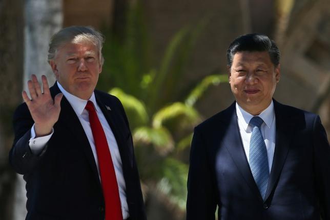 4月18日、在中国の米国商工会議所は、中国での公平な事業環境を実現するため米国はあらゆる手段を講じるべきとの立場を表明し、2017年は中国でビジネスを展開する米国企業にとって過去数十年で最も困難な年になる可能性があると警鐘を鳴らした。写真は二国間首脳会議を終えたトランプ米大統領と中国の習国家主席。フロリダ州パームビーチで4月撮影(2017年 ロイター/Carlos Barria)