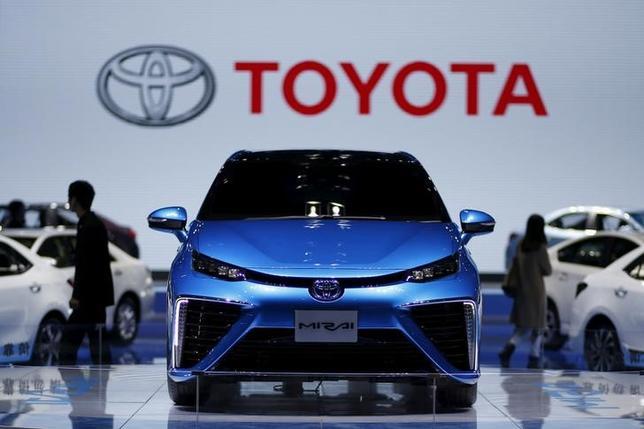 4月18日、トヨタ自動車は、中国で10月から水素燃料電池車の実証実験を開始する。写真はトヨタの燃料電池車「ミライ」、上海で2015年4月撮影(2017年 ロイター/Aly Song)