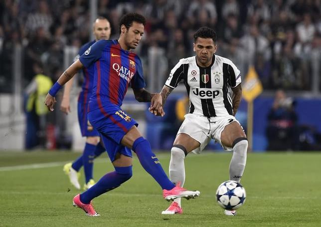 4月18日、サッカーの欧州チャンピオンズリーグ(CL)で19日にユベントス(イタリア)と準々決勝第2戦を戦うバルセロナ(スペイン)のネイマール(左)は、突破に対して自信を見せている。11日の第1戦で撮影(2017年 ロイター)