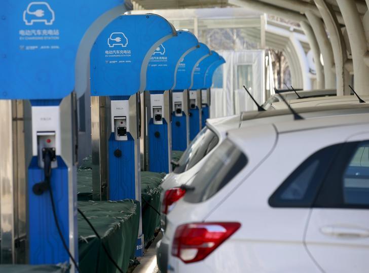 资料图片:2016年1月,北汽新能源汽车工厂的电动车充电站。REUTERS/Kim Kyung-Hoon