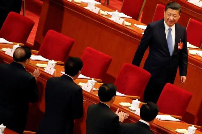 4月19日、中国の習近平国家主席は、人民解放軍の効率化に向けた組織改革を発表した。国営新華社通信が18日遅くに伝えた。写真は3月、北京人民大会堂で開催された全国人民代表大会第3回会議に到着した習近平国家主席(2017年 ロイター/Tyrone Siu)