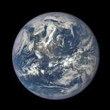 Un asteroide de más de 600 metros de ancho pasará cerca de la Tierra el miércoles, a una distancia de 1,8 millones de kilómetros, aunque no existe la posibilidad de un impacto, según científicos de la NASA. En esta imagen de archivo, la imagen de la Tierra tomada po run telescopio de la NASA, el 6 de julio de 2015.   REUTERS/NASA/Handout via Reuters/File Photo