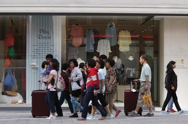 4月19日、政府観光局(JNTO)が発表した3月の訪日外国人客数(推計値)は、前年同月比9.8%増の220万6000人だった。3月として過去最高を記録した。1―3月は13.6%増の653万7000人で、四半期として過去最高。 写真は銀座を歩く旅行者たち。2014年5月撮影(2017年 ロイター/Yuya Shino)