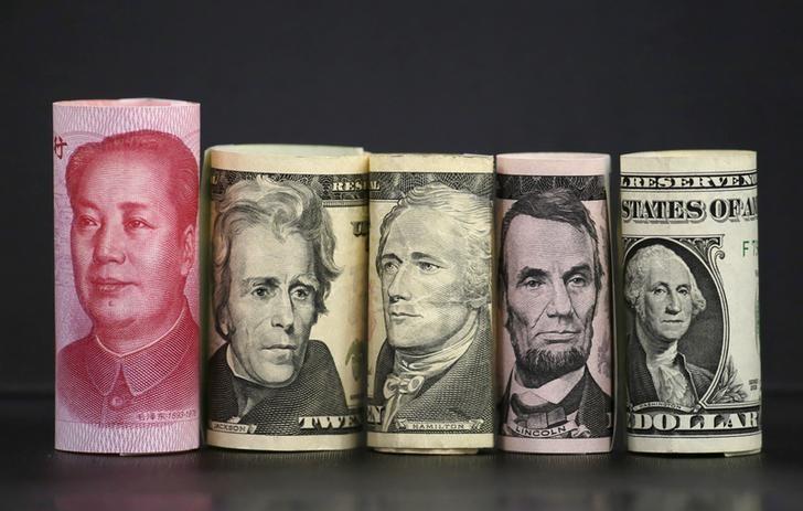 资料图片:2016年1月,人民币和美元纸币。REUTERS/Jason Lee