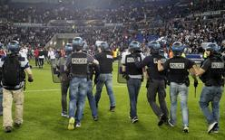Policiais entram em ação em meio a tumulto no jogo entre Olympique Lyonnais e Besiktas 13/04/17 Reuters / Emmanuel Foudrot