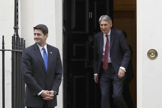 4月19日、ライアン米下院議長(写真左)は、税制改革法案の議会通過がこれまで目標としてきた今夏よりも遅れる可能性があるとの見解を示した。写真右はハモンド英財務相。ロンドンで撮影(2017年 ロイター/Stefan Wermuth)