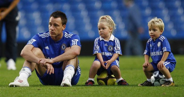 RNPS IMAGES OF THE YEAR 2009 - Chelsea's John Terry (L) watches teammates warm down with his children Summer (C) and Georgie after their English Premier League soccer match against Tottenham Hotspur at Stamford Bridge in London September 20, 2009.   REUTERS/ Eddie Keogh