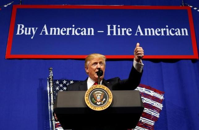 4月18日、トランプ米大統領(写真)は、米国製品の購入や米国民の雇用を促す大統領令に署名したが、米鉄鋼業界では早くもその実効性に懐疑的な見方が広がっている。ウィスコンシン州で撮影(2017年 ロイター/Kevin Lamarque)
