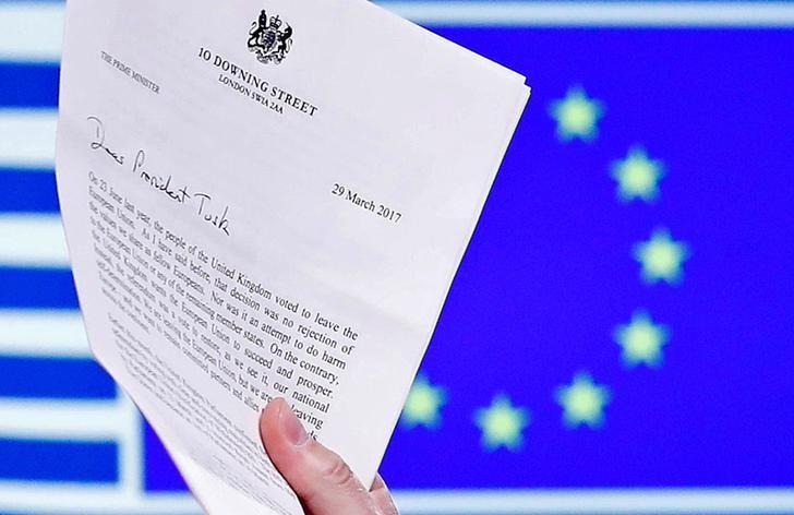 资料图片:2017年3月29日,欧盟理事会主席图斯克展示的英国首相特雷莎·梅签发的英国启动退欧信函。REUTERS/Yves Herman