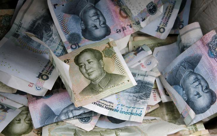FILE PHOTO: Chinese Yuan bank notes are seen at a vendor's cashbox at a market in Beijing April 10, 2013.  REUTERS/Kim Kyung-Hoon/File Photo