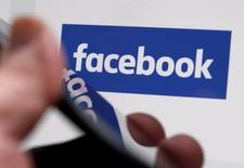 شعار فيسبوك بصورة ألتقطت في بوردو  بفرنسا - ارشيف رويترز