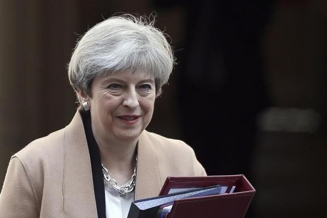 4月20日、英国のメイ首相は6月8日の総選挙に向け、英国への人の自由な移動を認めた欧州連合(EU)との取り決めの破棄を選挙公約(マニフェスト)に掲げる方針。英紙デーリー・メールが党関係者の話として伝えた。写真は官邸から議会に向かう同首相。ロンドンで17日撮影(2017年 ロイター/Stefan Wermuth)