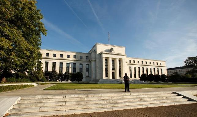 4月20日、米ダラス地区連銀のカプラン総裁は今年3度の利上げは「依然として良い基本シナリオ」だが、FRBは景気動向を見極めながら柔軟に対応できる余地があるとの考えを示した。写真はワシントンのFRB建物。昨年10月撮影。(2017年 ロイター/Kevin Lamarque)