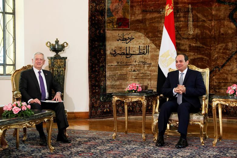 Egypt's President Abdel Fattah al-Sisi (R) welcomes U.S. Defense Secretary James Mattis at the Ittihadiya presidential palace in Cairo, Egypt, April 20, 2017. REUTERS/Jonathan Ernst