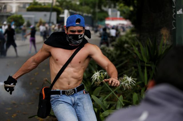 Demonstrators clash with riot police during a rally against Venezuela's President Nicolas Maduro in Caracas, Venezuela, April 20, 2017. REUTERS/Carlos Garcia Rawlins