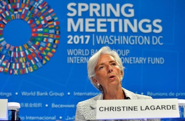 4月20日、ラガルドIMF専務理事は、国際通商制度の改善に向けてトランプ米政権と共に取り組むことができると確信していると述べた。写真は会見するラガルド氏。(2017年 ロイター/Mike Theiler)