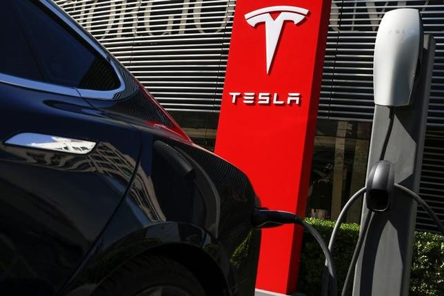 4月20日、米電気自動車(EV)大手のテスラは、世界で計5万3000台を回収・無償修理(リコール)する方針を明らかにした。18日撮影(2017年 ロイター/Thomas Peter)