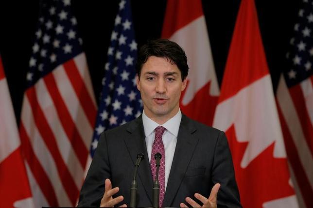 4月20日、カナダのトルドー首相は、トランプ米大統領がカナダ酪農政策は保護主義的だと批判したことについて、どの国も農産業を保護していると反論した。写真はメディアの質問に答える同首相。マンハッタンで6日撮影(2017年 ロイター/Lucas Jackson)
