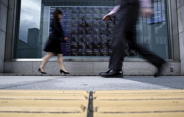 4月21日、東京株式市場で日経平均は、反発した。ムニューシン米財務長官が税制改革案を近く発表すると言明したことにより、トランプ米政権への政策期待が再燃した。これを受け米株高となり、為替もドル高・円安に振れた。写真は都内の株価ボード。2015年4月撮影(2017年 ロイター/Yuya Shino)