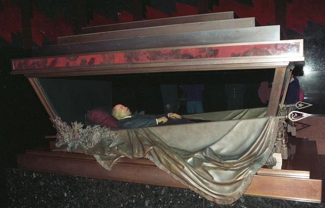4月20日、モスクワの赤の広場にある「レーニン廟」に特殊加工を施され安置されているロシア革命の指導者レーニンの遺体について、一部議員らが埋葬するための法案を議会に提出した。ただ、共産党は、こうした動きは「挑発行為」であり、実現を目論めば社会不安につながる可能性があると反発している。写真は1993年撮影(2017年 ロイター/Vladimir Persianov)