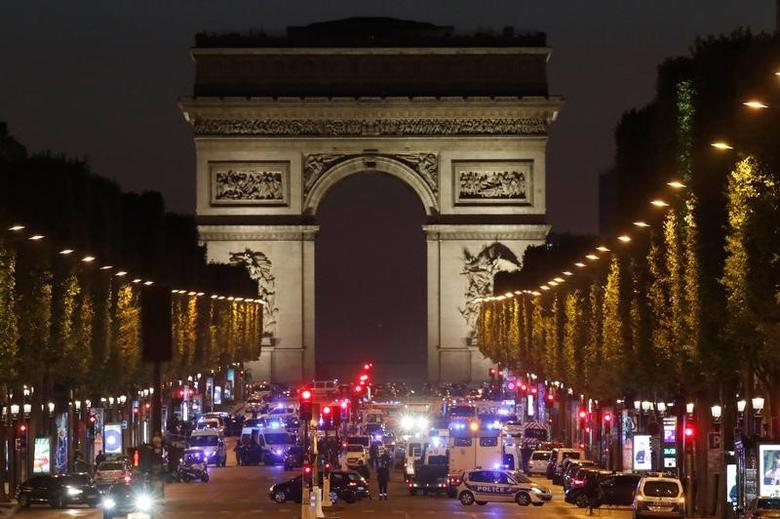 Police secure the Champs Elysees Avenue after one policeman was killed and another wounded in a shooting incident in Paris, France, April 20, 2017. REUTERS/Christian Hartmann     TPX IMAGES OF THE DAY