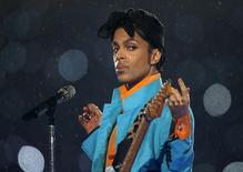 Una jueza estadounidense bloqueó el lanzamiento previsto de nuevo material del cantante Prince para el primer aniversario de su muerte esta semana. Imagen de archivo del músico Prince en su presentación en el Super Bowl XLI en Miami, EEUU, feb 4, 2007. REUTERS/Mike Blake/File Photo