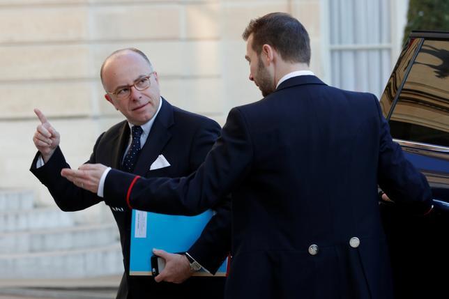 4月21日、フランスのパリ中心部にあるシャンゼリゼ通りで20日夜、銃撃事件が起きたことを受け、カズヌーブ首相(写真左)は、大統領選中の市民の安全を守るため、精鋭部隊を含む治安部隊を総動員したことを明らかにした。写真はパリのエリゼ宮殿で行われる防衛会議に到着した同首相(2017年 ロイター/PHILIPPE WOJAZER)