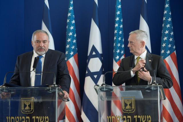 Israel's Minister of Defense Avigdor Lieberman (L) and U.S. Defense Secretary James Mattis hold a joint news conference at the Ministry of Defense in Tel Aviv, Israel, April 21, 2017 REUTERS/Heidi Levine/ Pool