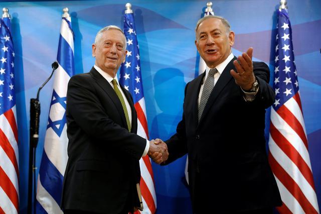 Israel's Prime Minister Benjamin Netanyahu welcomes U.S. Defense Secretary James Mattis in his offices in Jerusalem April 21, 2017. REUTERS/Jonathan Ernst