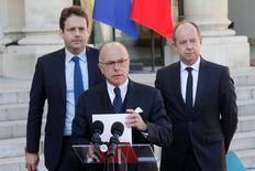 Bernard Cazeneuve (au centre) avec Jean-Jacques Urvoas (à droite) et Matthias Fekl (à gauche). Le Premier ministre, Bernard Cazeneuve, a répliqué point par point vendredi aux propositions des candidats à l'élection présidentielle Marine Le Pen et François Fillon, au lendemain de la fusillade meurtrière sur les Champs-Elysées. /Photo prise le 21 avril 2017/REUTERS/Philippe Wojazer