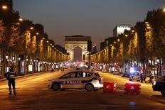 سيارة شرطة في شارع الشانزليزيه في باريس يوم الخميس. تصوير: كريستيان هارتمان - رويترز.