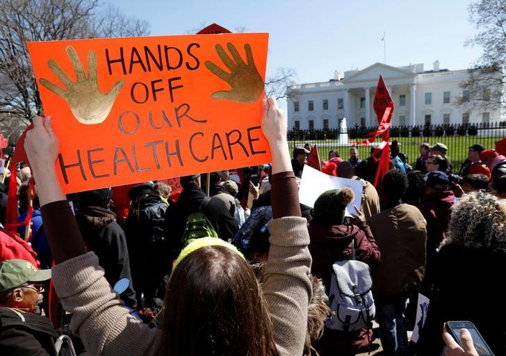 Protesters demonstrate against U.S. President Donald Trump and his plans to end Obamacare outside the White House in Washington, U.S., March 23, 2017. REUTERS/Kevin Lamarque/Files