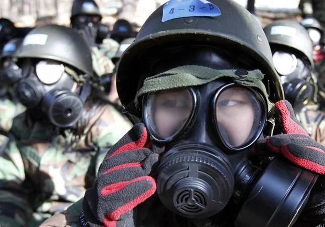 4月19日、第1次世界大戦では化学兵器が、第2次世界大戦では原子爆弾が登場した。一部の専門家は長年にわたって、時代を特徴付ける次の大戦では生物兵器が使われるのではないかと警告し続けている。写真は軍事訓練でガスマスクを装着する学生たち。ソウルで2011年1月撮影(2017年 ロイター/Lee Jae-Won)