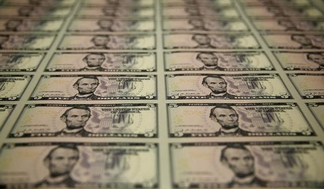 4月24日、今週の外為市場でドル/円は、複数のリスクイベントを前に強気と弱気の綱引きが続くとみられる。米財務省造幣局で2015年3月撮影(2017年 ロイター/Gary Cameron)
