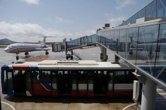 4月22日、北朝鮮当局は、平壌国際空港から出国しようとしていた米国籍の民間人男性を拘束した。北朝鮮によって拘束されている米国人は3人となった。平壌の空港で18日撮影(2017年 ロイター/Damir Sagolj)