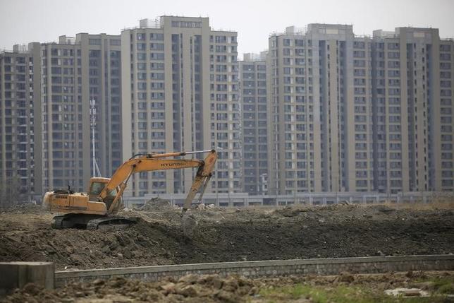 4月23日、新華社によると、中国上海市の住宅当局者は住宅市場の過熱抑制策により、上海市の2017年の住宅価格は安定を維持するとの見方を示した。上海の高層住宅建築現場。2016年3月撮影(2017年 ロイター/Aly Song/Files)