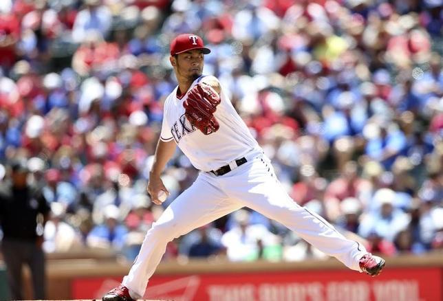 4月23日、MLBレンジャーズのダルビッシュ有投手は、地元でのロイヤルズ戦に先発登板し、8回2失点で今季2勝目(2敗)を手にした(2017年 ロイター/Kevin Jairaj-USA TODAY Sports)