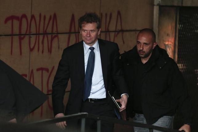 4月21日、国際通貨基金(IMF)ポール・トムセン欧州局長は、ギリシャ統計局が発表した2016年のプライマリーバランス(基礎的財政収支)が黒字となったことを称賛した。写真左はギリシャ・アテネの財務省に到着したトムセン欧州局長。2014年2月撮影(2017年 ロイター/Yorgos Karahalis)
