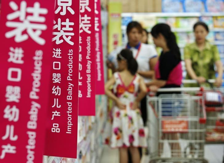 资料图片:2013年8月,中国北京,超市的进口婴幼儿产品专柜。REUTERS/Kim Kyung-Hoon