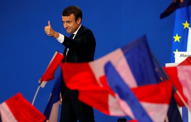 4月24日、仏内務省が発表した仏大統領選の第1回投票の最終結果によると、得票率は中道系独立候補のエマニュエル・マクロン前経済相(写真)が23.75%、極右政党・国民戦線(FN)のマリーヌ・ルペン党首が21.53%、中道右派・共和党のフィヨン元首相が19.91%、極左候補のメランション氏が19.64%となった。写真はパリで23日撮影(2017年 ロイター/Philippe Wojazer)