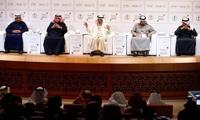 4月23日、サウジアラビアのトワイジリ経済企画副相(写真右端)は22日、第1・四半期の財政赤字が想定の半分以下に縮小したと明らかにした。写真はサウジアラビアの首都リヤドで昨年12月撮影(2017年 ロイター/Faisal Al Nasser)