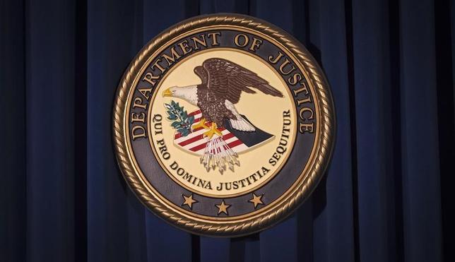 4月21日、米司法省は、不法移民を容認している「サンクチュアリシティー(聖域都市)」と呼ばれる州や自治体について、連邦政府の補助金交付を停止すると警告した。写真は司法省のロゴ。ニューヨークで2013年12月撮影(2017年 ロイター/Carlo Allegri)