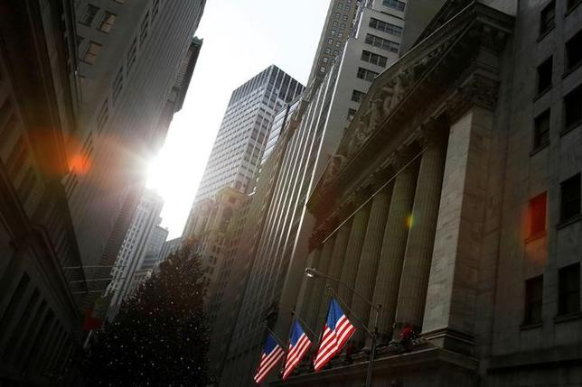 4月21日、巨大銀行が経営危機に陥ると、公的資金による救済を迫られるという「大きすぎてつぶせない」問題は解決済みか否か。NY証券取引所前で昨年12月撮影(2017年 ロイター/Andrew Kelly)
