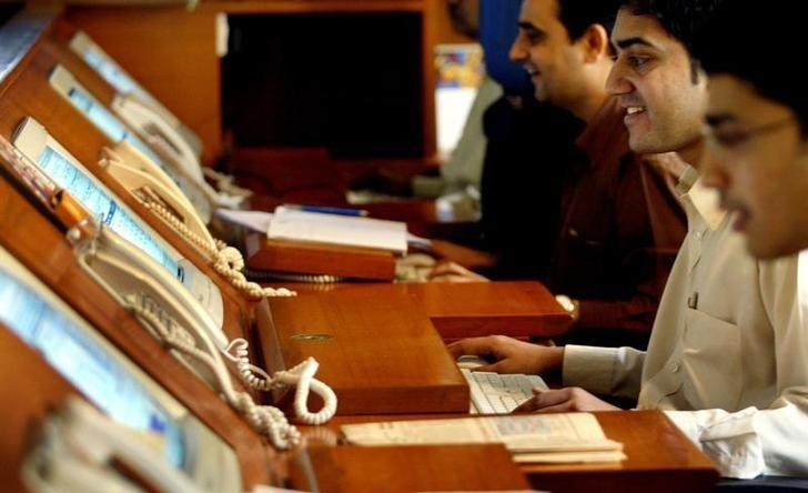 Indian brokers trade during a special one-hour trading session at a brokerage firm in Mumbai January 18, 2006. REUTERS/Punit Paranjpe/Files