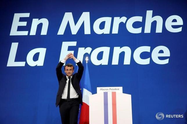 4月24日、午後3時のドル/円は、ニューヨーク市場21日午後5時時点に比べ、ドル高/円安の110円前半。仏大統領選第1回投票の結果を受け、早朝の取引ではリスク回避で売られていたユーロ/円が大幅に買い戻された。写真はエマニュエル・マカロン候補者(2017年 ロイター/Benoit Tessier)