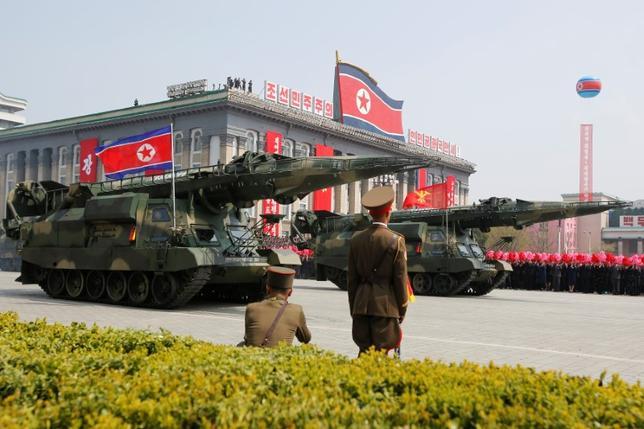 4月24日、北朝鮮は、米海軍の空母「カール・ビンソン」の派遣ついて、「核戦争を計画する者の極めて危険な行為」と非難した。写真はピョンヤンで行われた軍事パレード。15日撮影(2017年 ロイター)