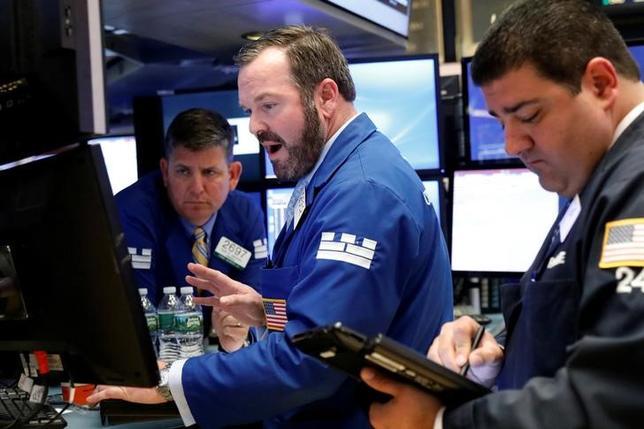 4月24日、米国株式市場は、主要株式指数が反発して取引を終えた。写真はNY証券取引所のトレーダー(2017年 ロイター/Brendan McDermid)