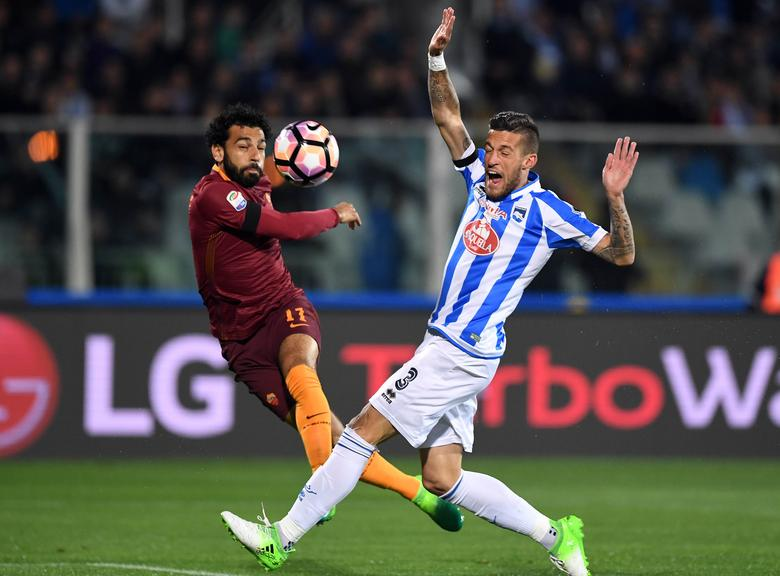 Football Soccer - Pescara v AS Roma - Italian Serie A - Adriatico-Giovanni Cornacchia Stadium, Pescara, Italy - 24/04/17  AS Roma's Mohamed Salah scores a goal that is disallowed against Pescara. REUTERS/Alberto Lingria